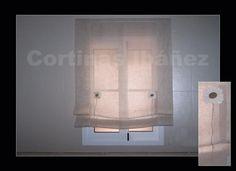 """Estor """"Paqueto"""" en visillo de paneles de lino bordado. Este estor para un cuarto de baño quedo muy elegante y al mismo tiempo minimalista.  Los estores son una solución ideal para ventanas, dan claridad, matizan la luz y decoran; Elegantes y para cuartos de reducidas dimensiones son ideales. En cortinas Ibáñez disponemos de miles de tejidos que se pueden adaptar a sus necesidades."""
