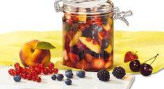 Ein klassisches Obstdessert ist der Rumtopf. Frische Früchte der Saison, werden schichtweise in Porzellan – oder Steinguttöpfen mit Rum mariniert. Der Rumtopf ist ein wahrer Leckerbissen, der es in sich hat. Er wird zwar traditionell erst um die Adventszeit geöffnet – wer nicht warten kann gern auch früher – und dann das erste Mal serviert, aber