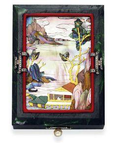 Vanity Case de VAN CLEEF & ARPELS: Le boitier est en pierre dure verte, incrusté d'un panneau de nacre représentant une scène de bord de mer, encadré par une bordure en émail rouge avec des éléments de diamant taille rose, le poussoir pour ouvrir est composé d'une perle fine et de roses diamant il s'ouvre sur  un miroir, un étui à rouge à lèvres avec couvercle et un compartiment fermé, montée en or, vers 1925, signé Van Cleef & Arpels, France , no. 1606  (hva)