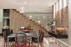 Jantar com mesa Byo da Cinex (Abito). Ao fundo, destaque para a escada madeira de demolição engastada na parede e para o jogo de luz (Light Design) formando uma escultura.