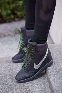 Ready to live. Ready to mix it up. A court-inspired design made for the streets.The Nike Dunk Sky Hi SneakerBoot.