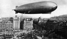 El Graf Zeppelin sobrevola la Plaça Catalunya, amb motiu de la celebració de la Setmana Alemanya a la Fira Internacional de Barcelona, l'octubre de 1929