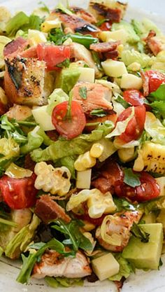 BBQ Chicken Chopped Salad with Grilled Garlic Croutons. Except no Bacon and light BBQ sauce. Bbq Chicken, Chicken Recipes, Comidas Light, Cooking Recipes, Healthy Recipes, Healthy Meals, Cooking Tips, Healthy Food, Summer Salads
