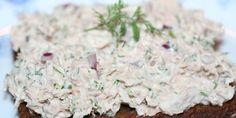 Denne tunsalat er et oplagt indslag ved julefrokosten. Den er hurtig at lave inden gæsterne kommer og smager skønt - også i selskab med snapsen :) Snack Recipes, Snacks, Fish And Seafood, Feta, Tapas, Sandwiches, Cheese, Cooking, Foodies