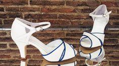 Sandalias de novia hechas en blanco roto y azul.