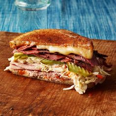 This Reuben sandwich recipe makes enough for one sandwich, including the Russian dressing. Just scale it up to make more sandwiches, and any extra dressing will keep in the fridge. If your meat is … Ham Sandwich Recipes, Sandwich Fillings, Soup And Sandwich, Sandwich Board, American Sandwich Recipes, Sandwich Ring, Panini Recipes, Delicious Sandwiches, Lunch Snacks