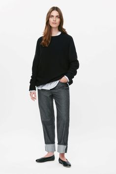 This diagonally knitted jumper is made from a wool-cotton blend with a soft finish. Oversized, with an elasticated waistband at the hemline, it has raglan sleeves, round neckline and folded finishes.