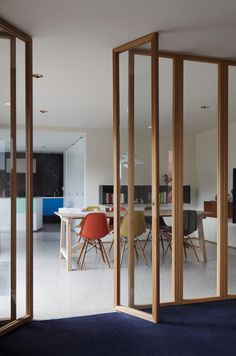 Low Architects  Trois couleurs  interieur woning kleur tapijt vloer scheidingswand schakeling leefruimte