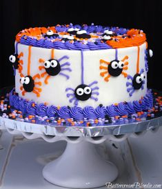 Spooky Spider Halloween Cake - Fun and festive spi Halloween Cake Pops, Holloween Cake, Bolo Halloween, Halloween Baking, Halloween Desserts, Halloween Treats, Easy Halloween Cakes, Creepy Halloween, Frankenstein Halloween