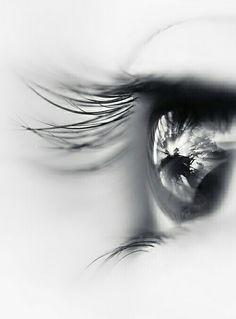 Lejos en un mundo irreal ..en un lugar extraño ...veo tu sombra qué se esfuma entre el viento
