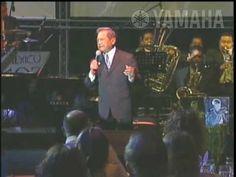 Armando Manzanero con la Big Band Jazz de México en el concierto de 50 aniversario de Yamaha de México
