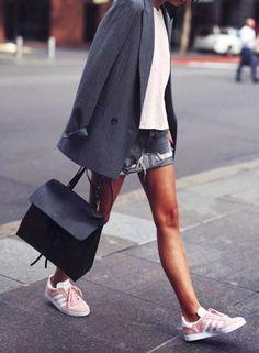 Des baskets roses avec un blazer et une jupe en jean déchirée