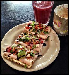 Spiser du en sunn frokost? Start dagen med masse næring og du holder blodsukkeret stabilt! Lag en deilig smoothie! Grove knekkebrød med skinke og litt salat. Her er det brukt løk, paprika, agurk, koriander, feta, tomat, sukkererter og balasmicoeddik. Ha en deilig dag!
