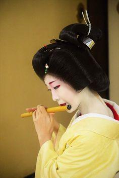 January 2017: Famous Geiko Toshikana (Komaya Okiya) of Miyagwacho playing the shinobue, a traditional Japanese flute (fue). Source: Akihito Miyaji on Facebook