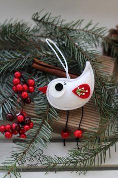 Vánoční+dekorace+z+plsti-ptáček+Vánoční+dekorace z+plsti.+Dekorace+je+vhodná+k+zavěšení+na+vánoční+stromeček,+můžeme+ji+také+za+přišité+poutko+zavěsit+třeba+za+kliku+u+okna+nebo+u+dveří.+Rozměr+- cca+7 cm.+Uvedená+cena+je+za+1 ks.