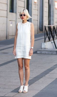 Linda Tol usa look todo branco com vestido e sapato claro em street style look