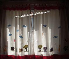 Cortina em tecido oxford com apliques em patch aplique, barrado em tecido de algodão <br>medida 160 cm de alt x 300cm de largura <br>Pode ser feita em outra cor e modelo de aplicação