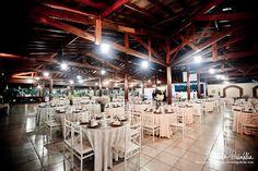 Arranjos brancos no Buffet Ravena Garden, em Mairiporã, SP.