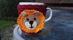 """Porzellantasse mit gehäkeltem Tassenwärmer """"Löwe"""" dunkelrot.  Eine schöne Geschenkidee oder ein kleines Mitbringsel.   Der Tassenwärmer ist mit einem Knopf befestigt und kann zum waschen..."""