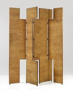 Biombo asimetrico en las planchas.  Eileen Gray; Cork and Blond Mahogany Screen, 1960.