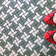 They don't create these authentic retro tiles no more. Mosaic Patterns, Textile Patterns, Print Patterns, Retro Tile, Crowded House, Floor Finishes, Vintage Textiles, Tile Design, Tile Floor