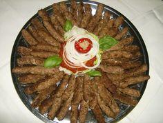 Les Cevapcici sont des petits cylindres de viande hachée agrémentés d'épices que l'on trouve dans les pays d'ancienne Yougoslavie. Venus de Bosnie et hérités des ottomans, les Ćevapčići sont aujourd'hui également présents en Croatie et en Slovénie.