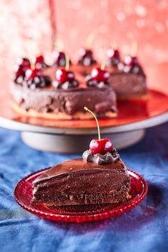 Lúdláb, a legcsokisabb klasszikus recept   Street Kitchen Cherry Desserts, Cake Cookies, Hamburger, Panna Cotta, Nom Nom, Cake Recipes, Food And Drink, Sweets, Healthy Recipes