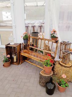 """A bejárati enteriőr a vidéki romantika jegylében lett kialakítva. Fő látványelemét a kispadot maga a vőlegény készítette! Itt készültek az este ki csoportos fotói is, így nem csak vendégváró hanem """" foto box"""" is volt a vintage hangulatú dekoráció."""