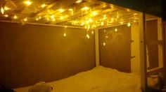 Esta semana os enseñé esta foto en redes sociales, que es cómo está ahora mismo la cama de Basmati. Le hemos puesto esta guirnalda de estrellas, inspirándonos en una imagen que creo que tengo guardada como siempre en mi Pinterest. - See more at: http://terroncitodesal.blogspot.com.es/2016/05/diy-cama-con-cielo-estrellado.html#sthash.unz5w3Xi.dpuf