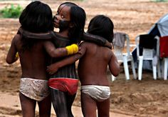 Brazil | Kayapo Indian girls play during the Indigenous Games on the island of Porto Real in the city of Porto Nacional. | © Eraldo Peres