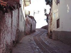 Barrio de San Blas de Cusco  Este barrio donde se concentran los artesanos, talleres y tiendas de artesanía, es uno de los sitios más pintorescos de la ciudad. Sus calles son empinadas y estrechas con antiguas casonas construidas por los españoles sobre importantes cimientos incaicos. Tiene una atractiva plazoleta y la parroquia más antigua del Cuzco edificada en el año 1563, que posee un púlpito de madera tallada considerado como la máxima expresión de la época colonial cusqueña.