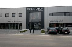 Hoewel elke kast bij Coulidoor volledig op maat gemaakt wordt en dus uniek is, vindt u het misschien wel fijn om eerst een  dosis inspiratie op te komen doen in onze showroom in Eppegem (tussen Mechelen & Vilvoorde). Wandel eens een van onze inloopkasten of dressings binnen.