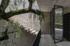 Construído pelo 3ARCH na Huixquilucan, Mexico na data 2014. Imagens do The Black Rabbit. A casa como um antro, um lugar de introspecção, reflexão e descanso, desligada do contexto urbano e entrelaçada com o...