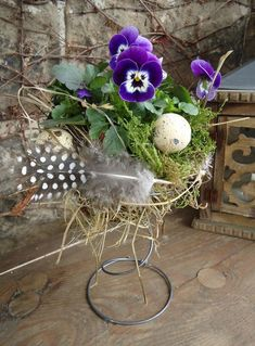 Easy Springy Bed Spring DIYs and Crafts Rerpusposed Bed Springs Shabby Chic Birdhouse, Old Bed Springs, Bed Spring Crafts, Creative Beds, Bird Nest Craft, Crafts For Seniors, Easter Crafts, Craft Projects, Diy Crafts