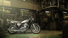 2014-Yamaha-SR400-EU-Matt-Grey-Static-001