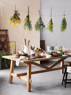 En av de riktigt imponerande aprilnyheterna är matbordet MÖCKELBY i massiv ek, design Marcus Arvonen. Bordet som kommer i två storlekar, ett fällbart för sex personer och ett riktigt stort för åtta personer, är som gjort för att bli hemmets hjärta!