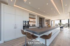 Prachtige strakke keuken. Modern en in de style van de rest van het interieur wat ook door ons verzorgd is. Dit mooie penthouse heeft een adembenemend uitzicht over Den Haag en omstreken. Kijk op onze website voor meer foto's.