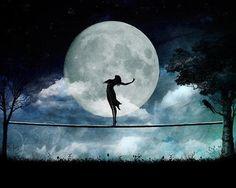 La Luna LLena Roja, nos invita a reflexionar acerca de nuestra guerrera interna, a transformarnos y ser en consecuencia, libres y liberadoras, mujeres en conexion con sus ciclos, en armonia con sus luces y sombras, siendo ocurriendo y observandonos en silencio, actuando con confianza. Luna llena, ayudanos a encontrarnos con aquellas respuestas que no queremos ver.