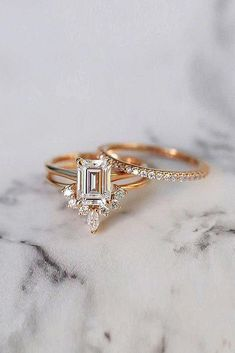 Diamond Wedding Rings - Emerald cut engagement rings are a wonderful and unique way to express your love. Read the post to choose breathtaking rings! Wedding Rings Solitaire, Wedding Rings Vintage, Antique Engagement Rings, Engagement Ring Settings, Diamond Engagement Rings, Wedding Jewelry, Halo Engagement, Modern Wedding Rings, Modern Engagement Rings