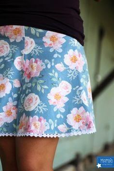 """So viele Blüten auf einem Stoff - betörend im Duft und traumhaft in der Farbe! Unser Jersey """"Floral Dream"""" verleiht jedem Outfit einen romantischen... Mini Skirts, Outfit, Floral, Fashion, Fabrics, Colour, Outfits, Moda, Fashion Styles"""