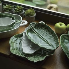 Leaves Banana Leaf Bowl, by Bordallo Pinheiro – Tableware Design 2020 Ceramic Pottery, Ceramic Art, Earthenware, Stoneware, Leaf Bowls, Pottery Designs, Clay Art, Decorative Bowls, Tableware