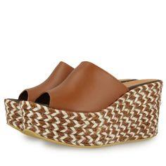 Sandalias de plataforma de 9,5cm. estilo zueco. Corte en piel marrón y suela de yute trenzado bicolor en tono natural y marrón chocolate. Made in Spain.Las alpargatas más divertidas de la temporada.