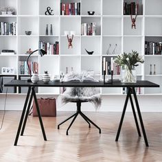 beautiful home office with large open shelves and black desk Mesa Home Office, Home Office Space, Home Office Desks, Office Decor, Office Ideas, Table Desk Office, Ceo Office, Office Setup, Office Organization