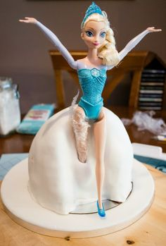 Tarta de muñeca Elsa (Frozen) - Paso a paso. Tutorial step by step to make this Elsa doll cake (Frozen Cake) Torte Frozen, Frozen Doll Cake, Elsa Torte, Elsa Doll Cake, Frozen Theme Cake, Frozen Dolls, Barbie Birthday Cake, Superhero Birthday Cake, Frozen Birthday Cake