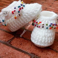 Very Popular Colorful Beaded Baby Booties Knitting Beaded Tassels Booties. Booties Crochet, Crochet Baby Boots, Crochet Slippers, Knitted Baby, Knit Crochet, Baby Knitting Patterns, Crochet Patterns, Free Knitting, Knit Baby Shoes