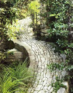 allées de jardin en pierre brute, graminées ornementales et arbustes - idées DIY