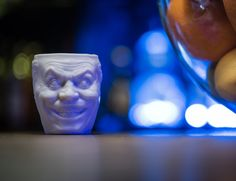 Inspired by traditional ceramic crafts, the teamcreated two versions of the Joker mug – a large one and a small one.