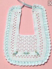 Crochet bib with graphics! Crochet Baby Bibs, Knit Or Crochet, Baby Blanket Crochet, Crochet For Kids, Crochet Clothes, Baby Knitting, Baby Patterns, Knitting Patterns, Crochet Patterns