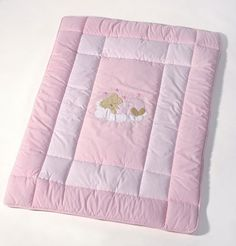 Risultati immagini per como fazer saco para dormir de bebe Quilt Baby, Baby Quilt Patterns, Baby Gym Mat, Baby Sheets, Baby Pillows, Baby Sewing, Floor Mats, Kids And Parenting, Baby Dress