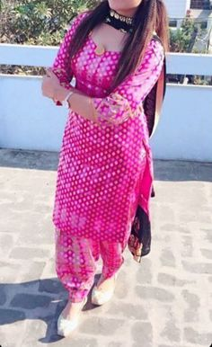 Punjabi Fashion, Pakistani Fashion Casual, Indian Fashion Dresses, Indian Outfits, Punjabi Suit Neck Designs, Patiala Suit Designs, Neck Designs For Suits, Patiala Dress, Patiala Salwar